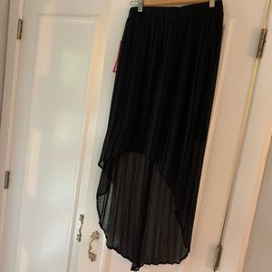 NWT High low blk skirt. Size M. Pleated